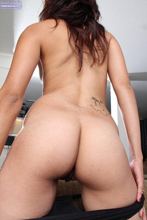 Garota nerd safadinha mostrando a bucetinha carnuda
