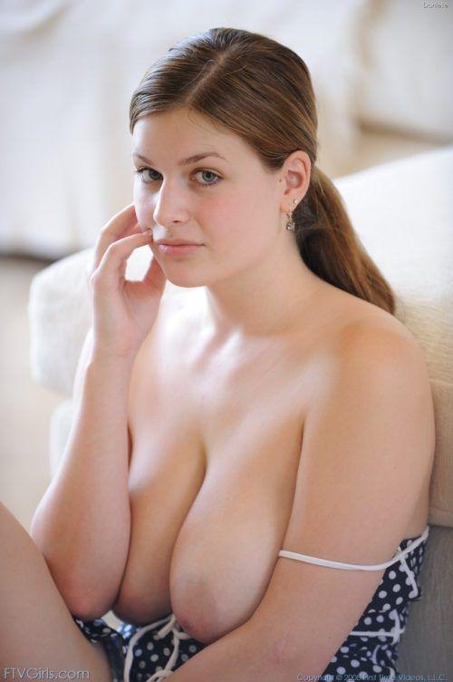 Novinha peituda provocando de vestidinho sexy